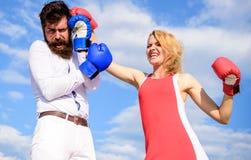 Var klar försvarar din punktsikt Förälskad stridighet för par Försvara din åsikt i konfrontation Man- och kvinnaslagsmål royaltyfri foto