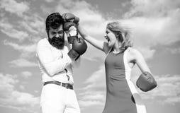 Var klar försvarar din punktsikt Försvara din åsikt i konfrontation Förälskad stridighet för par Man- och kvinnaslagsmål royaltyfri bild