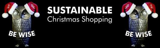 Var klok, ugglor med santa hattar och hållbar julshopping för text, svart bakgrund royaltyfria bilder