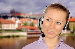 var kunde den slitage kvinnan för hörlurar med mikrofonkontorsmottagandet Royaltyfria Bilder
