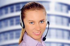 var kunde den slitage kvinnan för hörlurar med mikrofonkontorsmottagandet Royaltyfri Bild