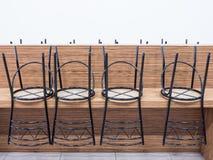 Var liten stol för metall trevligt på en trätabell royaltyfri foto