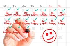 Var lycklig varje dag av ditt livbegrepp med kvinnahandskriftpåminnelser arkivfoto