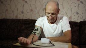 Var?n adulto, medidas de la presi?n arterial Atenci?n sanitaria en edad adulta almacen de metraje de vídeo