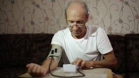 Var?n adulto, medidas de la presi?n arterial Atenci?n sanitaria en edad adulta almacen de video