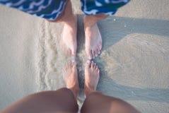 Var?n y pies femeninos en la arena imágenes de archivo libres de regalías
