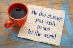 Var ändringen som du önskar att se i världen Arkivfoton