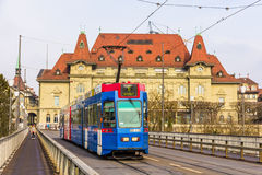 Var 4/10 spårvagn på Kirchenfeldbrucke i Bern Royaltyfria Foton