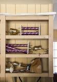 Var troféer går att dö - garaget - flera tropies som något brutet lägger på smutsiga garagehyllor med ett par av arbetshandskar arkivbild