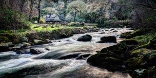 Var vatten möter på Watersmeet, Exmoor, norr Devon arkivbild
