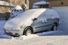 Var zakrywający z świeżym prochowym śniegiem obrazy stock