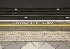 Vara besvärad den tipycal Gap undertecknar in den London tunnelbanan Royaltyfria Foton