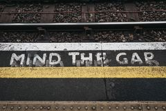 Vara besvärad mellanrumstecknet en utomhus- plattform av den Golders gräsplanstationen, London, UK royaltyfria bilder