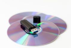 Vara da memória do Usb no disco cd fotografia de stock royalty free