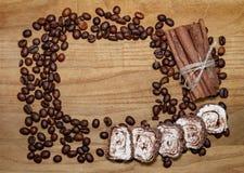Vara de canela e feijões e loukoum de café em uma tabela de madeira do broun Foto de Stock