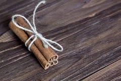 Vara de canela três amarrada com corda, na tabela de madeira marrom foto de stock royalty free