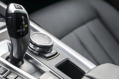 Vara de engrenagem automática de um carro moderno, detalhes do interior do carro Fotografia de Stock