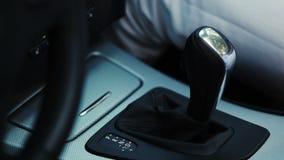 Vara de engrenagem do interruptor da mão da mulher no carro excitador transporte filme