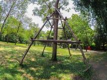 A vara de madeira Crutches para a árvore, faz a árvore forte em um jardim botânico foto de stock
