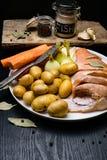 Vara de mar cru, com especiarias dos peixes, cenoura, batatas, pimenta, cebola, folha de louro, aipo no fundo escuro Alimento sau Imagem de Stock