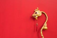 Vara de oro del dragón del estilo chino en fondo rojo Fotografía de archivo libre de regalías