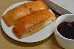Vara de pão e copo de café preto Fotos de Stock Royalty Free