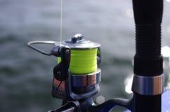 Vara de pesca com girar-roda imagem de stock