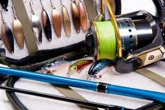 Vara de pesca e atrações com o saco para iscas Imagens de Stock