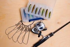 Vara de pesca e carretel com a caixa para iscas Imagem de Stock Royalty Free