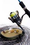 Vara de pesca e carretel com o saco para iscas no branco Imagem de Stock