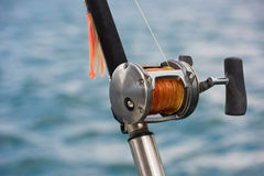 Vara de pesca e carretel em um barco Imagens de Stock Royalty Free