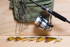 Vara de pesca e junco no fundo de madeira Foto de Stock Royalty Free