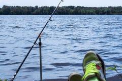 A vara de pesca está uma linha de pesca e as artes de pesca são th fotografia de stock royalty free