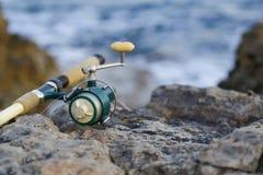 A vara de pesca no rochoso Imagem de Stock