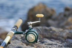 A vara de pesca no rochoso Fotos de Stock Royalty Free