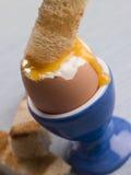 vara den doppade runny soldaten rostade yolk royaltyfri fotografi