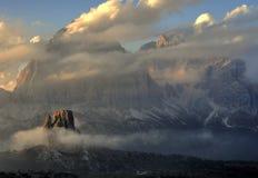 vara för bergberg för byggnader kommande landskap Arkivbilder