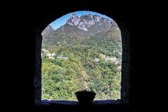 vara för bergberg för byggnader kommande landskap arkivbild