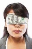 vara förblindade affärskvinnapengar royaltyfri bild