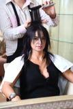 vara klippt hår som har henne ståendekvinnabarn Royaltyfri Foto