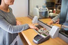 Vara kontorist att ge kontanta pengar till kunden på bankkontoret fotografering för bildbyråer