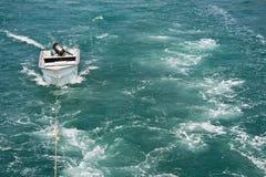 vara litet bogserat vak för fartygmotor arkivfoton