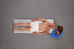vara mannen masserade muskulös terapeut royaltyfri bild