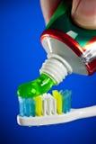 vara på sammanpressad tandborstetoothpaste Royaltyfri Foto