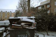 Vara popavfalls inte-borttagen förfallen nolla-snö faller väder royaltyfri fotografi