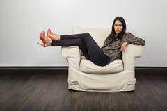 Vara slö på en soffa royaltyfri foto