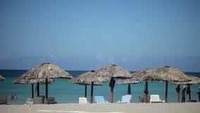 VARADERO, CUBA - 23 DE DEZEMBRO DE 2011: Povos em uma praia filme