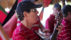VARADERO, CUBA - 22 DE DICIEMBRE DE 2011: Músicos que juegan música metrajes