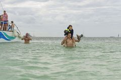 VARADERO, CUBA - 6 DE ENERO DE 2018: Gente en th de la licencia de la agua fría Foto de archivo libre de regalías