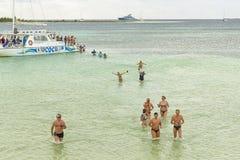 VARADERO, CUBA - 6 DE ENERO DE 2018: Gente en th de la licencia de la agua fría Imagen de archivo